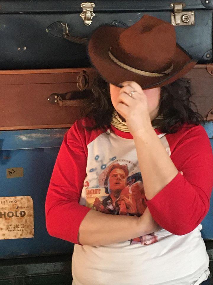 Delphine Leroux de coézi en cowboy, en pleine action de tournage pour son rôle