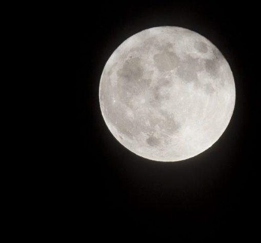 Jouons dans le noir, illustrée par la pleine lune et la nuit,jeux de cohésion dans le noir pour Coézi